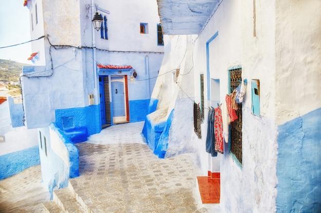 Veel verschillende souvenirs en geschenken in de straten van chefchaouen. schilderijen, tapijten, kleding