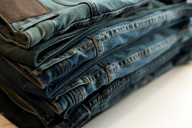 Veel verschillende spijkerbroeken in de winkel. denim kledingwinkel