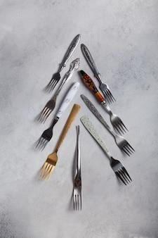 Veel verschillende vorken in de vorm van een kerstboom