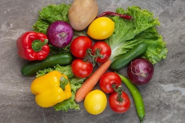Veel verse groenten op marmeren achtergrond