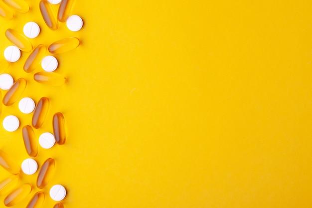 Veel verspreide farmaceutische medicijnen, vitamines, pillen, visolie-softgel, tabletten
