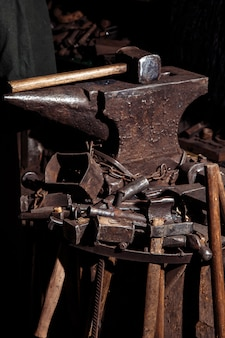 Veel viking-gereedschappen voor het smeden van zwaarden en krijgerwapens.