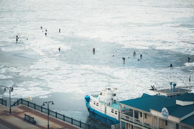 Veel vissers voor de wintervisserij. competities voor vissen in de winter.
