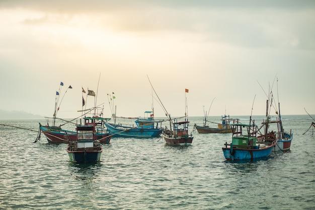 Veel vissersboten in de oceaan