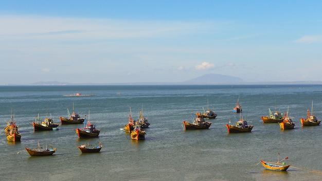 Veel vissersboten zweven in de baai, vissersdorp in vietnam