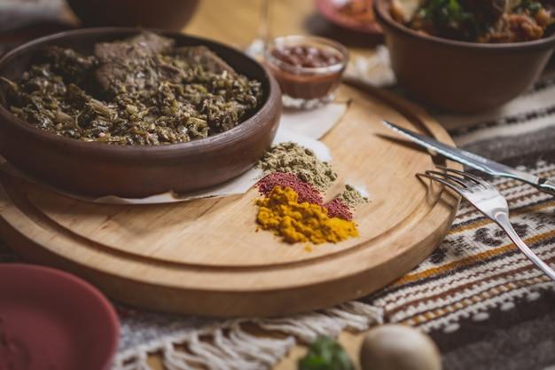 Veel vleesvoedsel op tafel. georgische keuken
