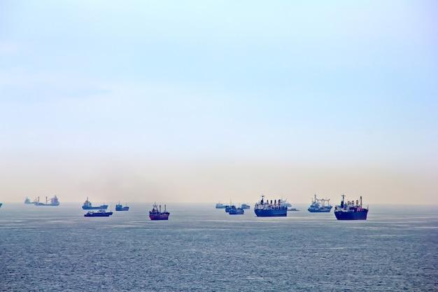 Veel vrachtschepen in istanbul, turkije