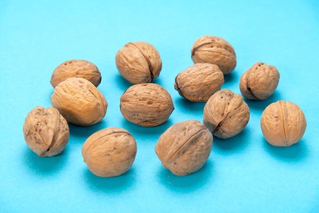 Veel walnoten op blauw.