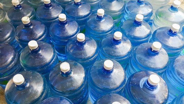 Veel water container op de vloer