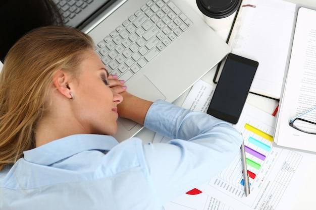 Veel werk wacht op een vermoeide en uitgeputte vrouw