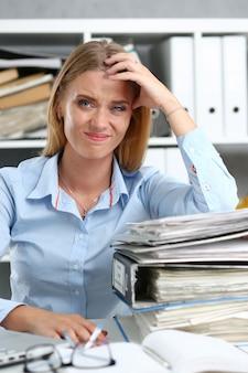 Veel werk wacht op vermoeide en uitgeputte vrouw