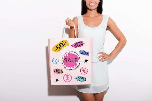 Veel winkelplezier! bijgesneden afbeelding van vrolijke jonge vrouw in jurk