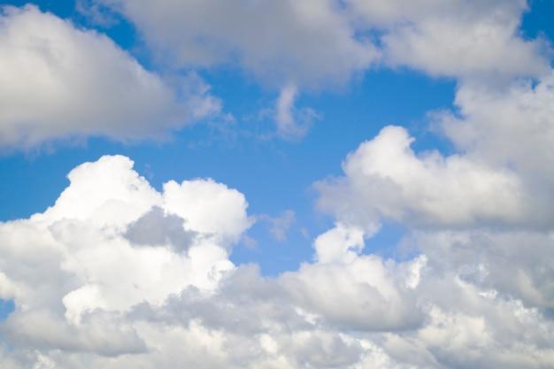 Veel witte wolken op een zonnige dag.