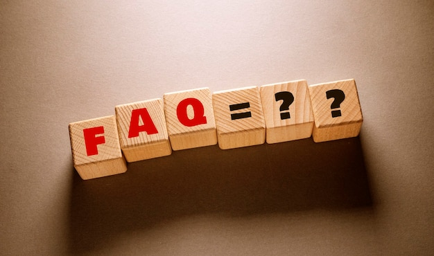 Veelgestelde vragen woord geschreven op houten kubussen