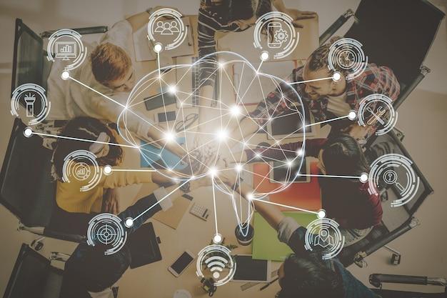 Veelhoekige hersenvorm van een kunstmatige intelligentie met verschillende icoon van slimme stad