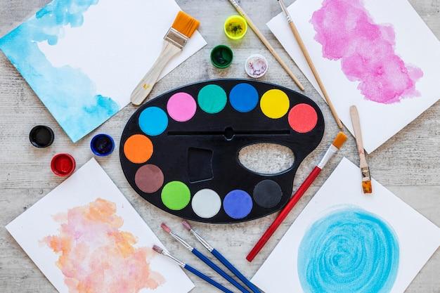 Veelkleurig palet met kunstenaarsschalen