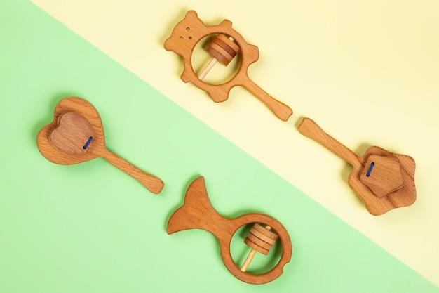 Veelkleurig plat liggend met milieuvriendelijk houten speelgoed, rammelaars in de vorm van een vis, beer, hart, ster