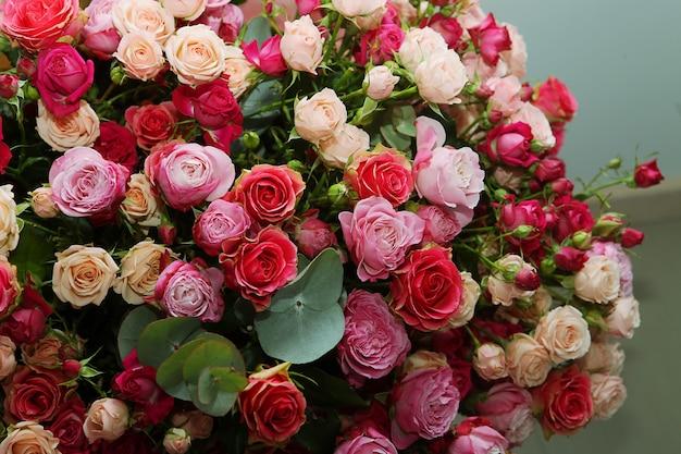 Veelkleurig rozenboeket