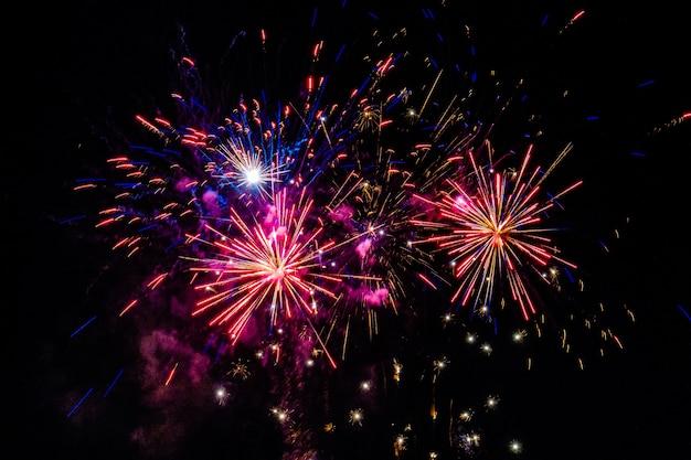 Veelkleurig vuurwerk dat 's nachts in de lucht explodeert