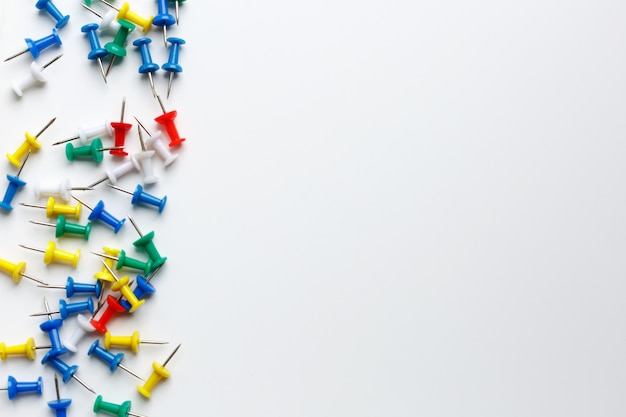 Veelkleurige administratieve knoppen op een witte achtergrond