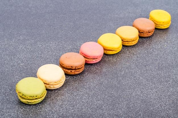 Veelkleurige amandel franse bitterkoekjes.
