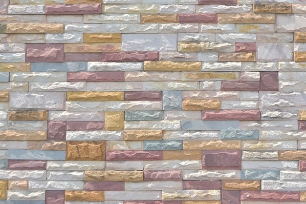 Veelkleurige bakstenen muur. muur van leisteen. veelkleurige oude en grunge bakstenen muur. vintage achtergrond.