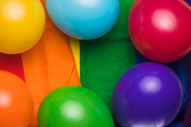 Veelkleurige ballonnen op regenboog doek
