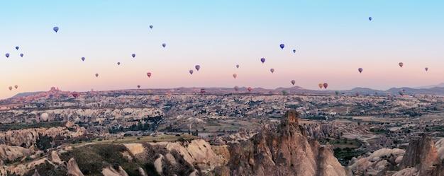 Veelkleurige ballonnen over de vallei van goreme bij de dageraad