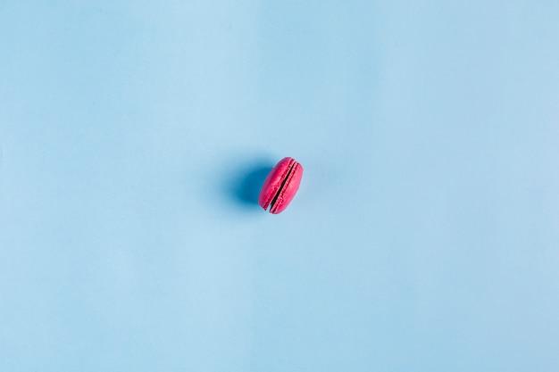 Veelkleurige bitterkoekjes op een blauwe copyspace, bovenaanzicht, flatley met copyspace