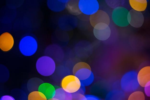Veelkleurige bokeh op een nachtachtergrond