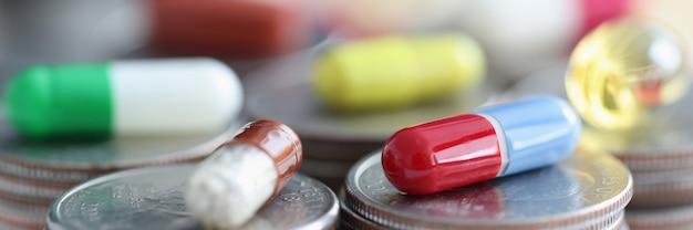 Veelkleurige capsules liggend op munt handvatten close-up stijging van de prijs van medicijnen concept