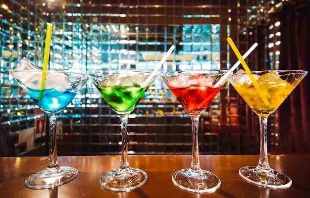 Veelkleurige cocktails aan de bar.