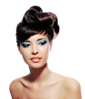 Veelkleurige creatieve make-up met stijlvol kapsel.