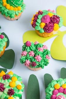 Veelkleurige cupcakes met decoratie zoals kamerplanten vetplanten