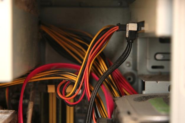 Veelkleurige draden in de computersysteemeenheid