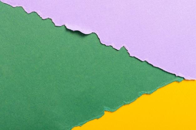Veelkleurige driehoekige kartonnen vellen achtergrond