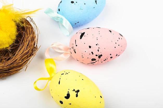 Veelkleurige eieren met zwarte stippen en nest