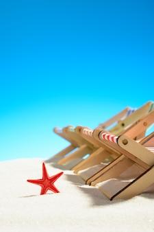 Veelkleurige fauteuils op een rij en zeesterren