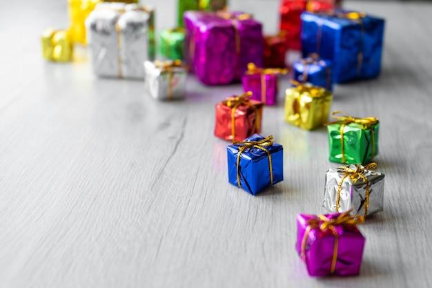 Veelkleurige felle kerstgeschenkdozen in verschillende maten