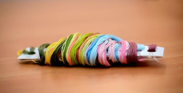 Veelkleurige floss op de tafel
