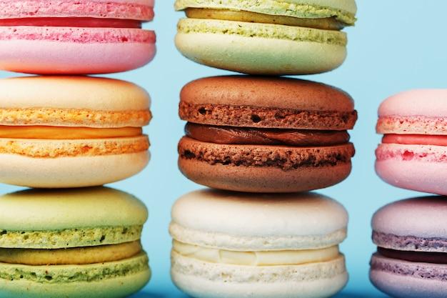 Veelkleurige franse macaroni macaroni-koekjes zijn gerangschikt in een piramide