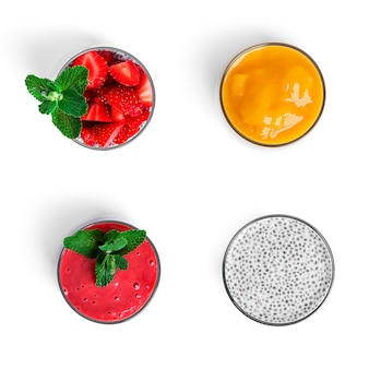 Veelkleurige fruit chia puddingen geïsoleerd.