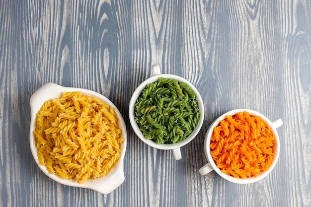 Veelkleurige glutenvrije plantaardige fusilli pasta.