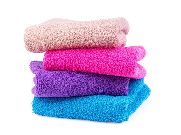 Veelkleurige handdoeken op een witte achtergrond