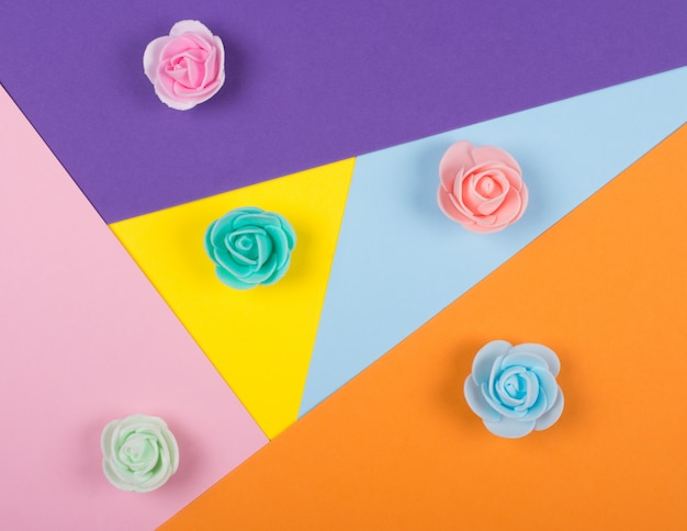 Veelkleurige handgemaakte rozenknoppen op papier
