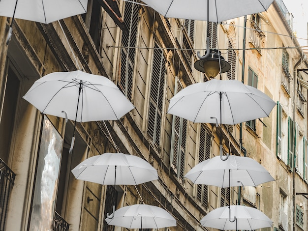 Veelkleurige, heldere parasols