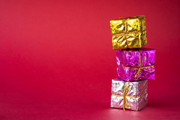 Veelkleurige heldere vakantie geschenkdozen op rood