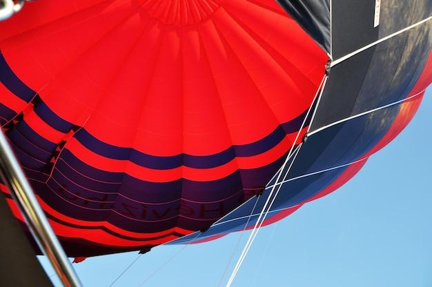 Veelkleurige heteluchtballon. uitzicht op de koepel van de heteluchtballon.