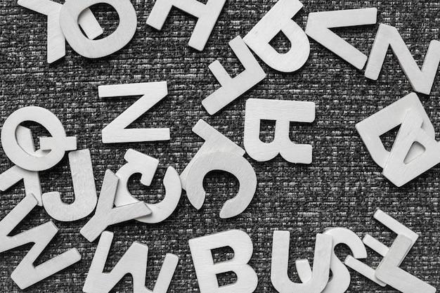 Veelkleurige houten letters