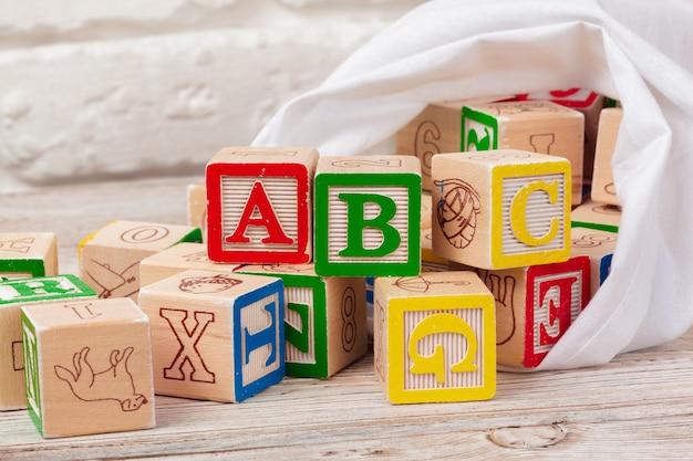 Veelkleurige houten speelgoed blokken op hout